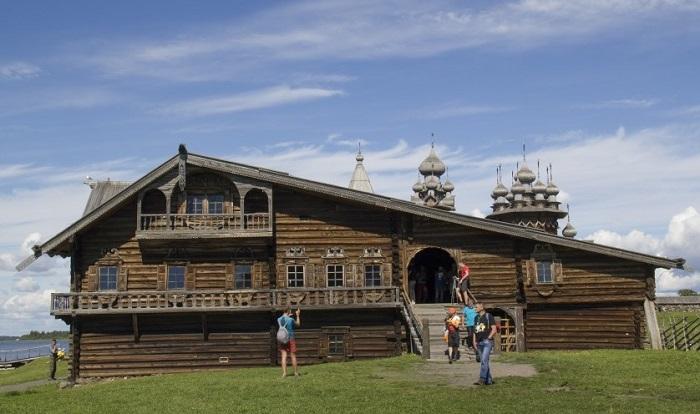 Деревянная изба в Кижах