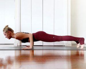 Поза йоги чатуранга дандасана