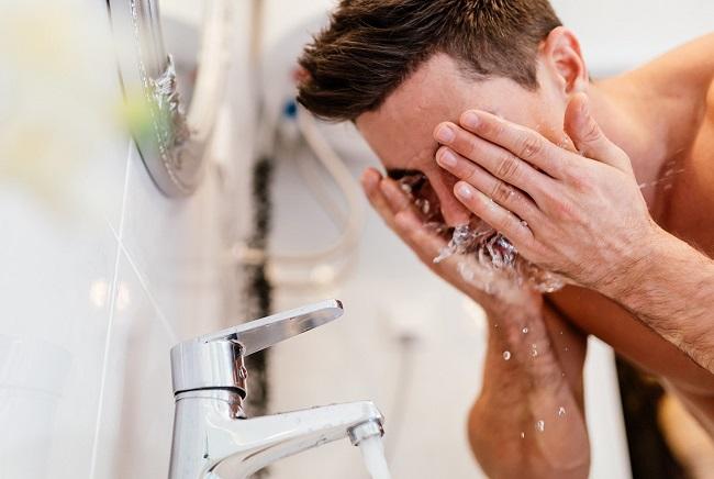 Мужчина моется фото