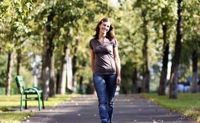 Идущая женщина