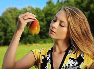 Женщина с фруктом