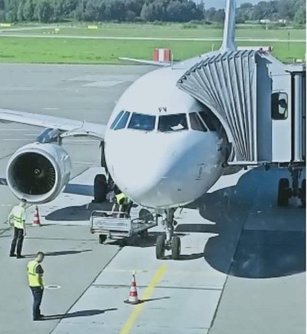 Самолет у трапа 1